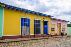 有蓝色门的黄色房子和窗口在特立尼达,古巴 免版税库存照片