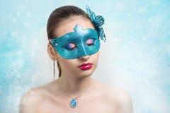 有蓝色面具的妇女 免版税库存照片