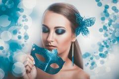 有蓝色面具的妇女 免版税图库摄影
