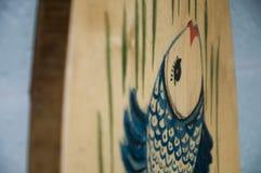 有蓝色鱼的木切板烹调的 免版税图库摄影