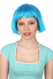 有蓝色头发佩带的T恤杉的微笑的夫人 关闭 奶油被装载的饼干 免版税库存照片