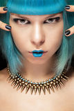 有蓝色头发和项链的时尚妇女 免版税库存照片