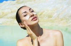 有蓝色黏土脸面护理面具的妇女 秀丽和健康 温泉胜过 库存照片