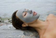 有蓝色黏土面部面具的妇女在秀丽温泉 库存图片