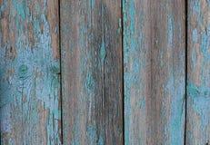 有蓝色破旧的油漆的老木篱芭 免版税图库摄影