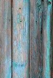 有蓝色破旧的油漆的老木篱芭 图库摄影