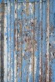 有蓝色破旧的油漆的老木篱芭 免版税库存图片