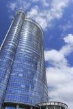有蓝色玻璃悬墙的摩天大楼 库存图片