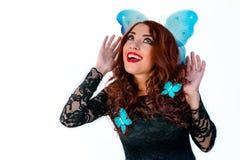 有蓝色蝴蝶的美丽的时装模特儿女孩在她的头发l 免版税库存照片