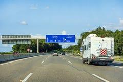 有蓬卡车或游乐车在高速公路路的住房汽车拖车 免版税库存图片