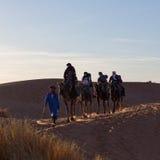 有蓬卡车横穿在撒哈拉大沙漠,摩洛哥 库存图片