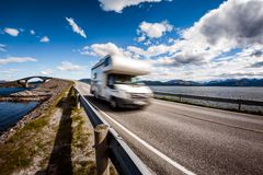 有蓬卡车汽车RV在高速公路大西洋路挪威移动 免版税图库摄影