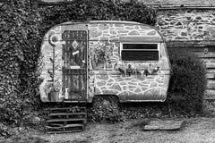 有蓬卡车被绘象房子,兰戈伦,北部威尔士 库存照片