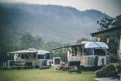 有蓬卡车野营的露营地o 免版税图库摄影
