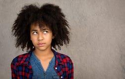 有蓬松卷发头发认为的年轻十几岁的女孩 库存图片