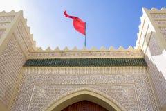 有蔓藤花纹的现代阿拉伯宫殿在门面 免版税库存照片