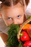 有蔬菜和水果的小女孩 免版税库存图片