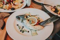 有蔬菜和水果的烤鱼片 免版税库存照片