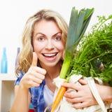 有蔬菜暂挂的妇女 免版税库存照片