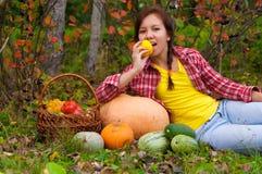 有蔬菜的女孩 库存照片