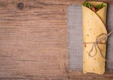 有蔬菜的新鲜的玉米饼换行 免版税库存图片