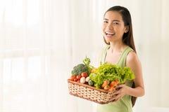 有蔬菜篮子的妇女 免版税库存照片