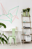 有薄荷的椅子和washi磁带的室在墙壁上 图库摄影