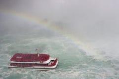 有薄雾和彩虹的游船 免版税库存图片
