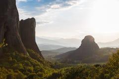 有薄雾在热的天日落在Moni Agias Varvaras Roussanou的在岩石迈泰奥拉,希腊顶部 免版税库存照片