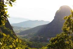 有薄雾在热的天日落在Moni Agias Varvaras Roussanou的在岩石迈泰奥拉,希腊顶部 免版税库存图片