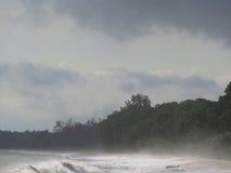有薄雾在黎明在Desaru海滩,柔佛州,马来西亚 库存照片