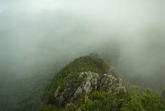 有薄雾多小山的石灰石 库存图片