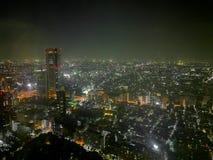 有薄雾的下雨的东京大都会惊人的夜光场面  库存图片