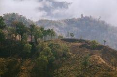 有薄雾的乡下小山在南泰国 免版税库存照片