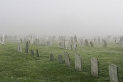 有薄雾的坟园 库存照片