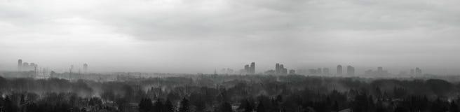 有薄雾的城市当春天方法 免版税库存图片