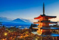 有薄雾的富士山和Chureito塔日落时间的观看从,吉田市,日本 免版税库存照片