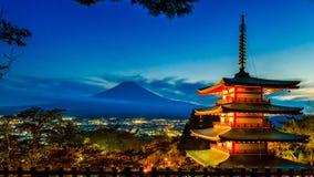有薄雾的富士山和Chureito塔日落时间的观看从,吉田市,日本 免版税图库摄影