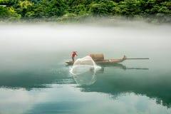 有薄雾的小东江的渔夫 库存图片