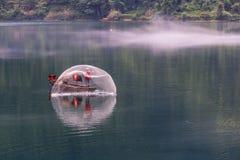 有薄雾的小东江的渔夫 免版税图库摄影
