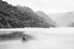 有薄雾的小东江的渔夫 免版税库存图片