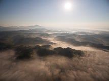 有薄雾的小山鸟瞰图  库存照片