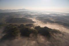 有薄雾的小山鸟瞰图  图库摄影
