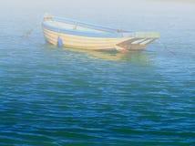 有薄雾的小船 免版税库存图片