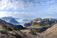 有薄雾的山瑞士谷 免版税库存照片