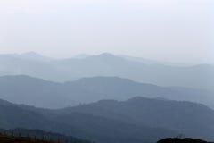 有薄雾的山 免版税库存图片