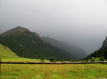 有薄雾的山 库存图片