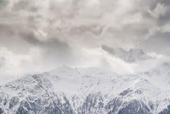 有薄雾的山 库存照片