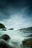 有薄雾的岩石海运 免版税库存图片