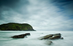 有薄雾的岩石海运 库存照片